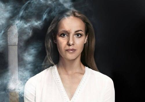 Kobieta w oparach dymu papierosowego