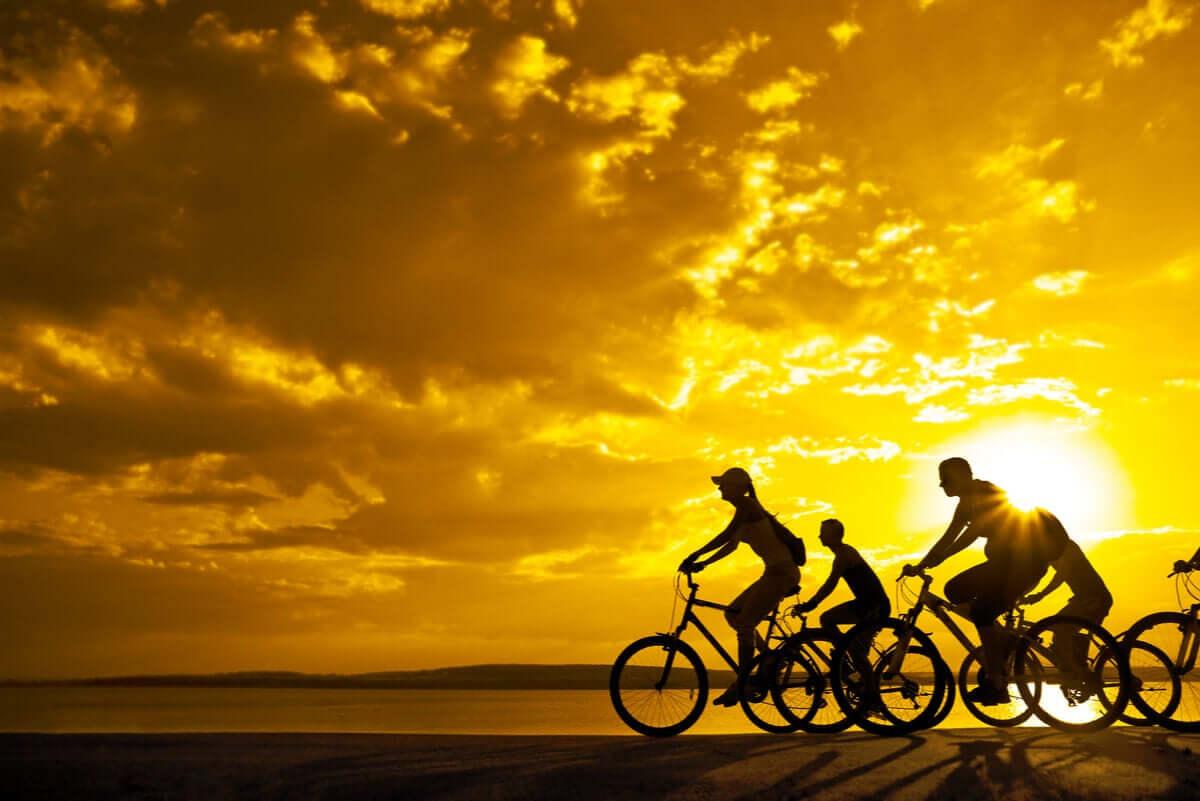 Ćwiczenia nie muszą być nudne. Rower zapewnia ruch na świeżym powietrzu.