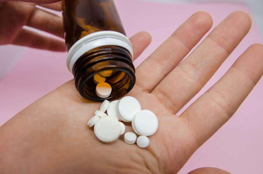 Tabletki wysypane na dłoń