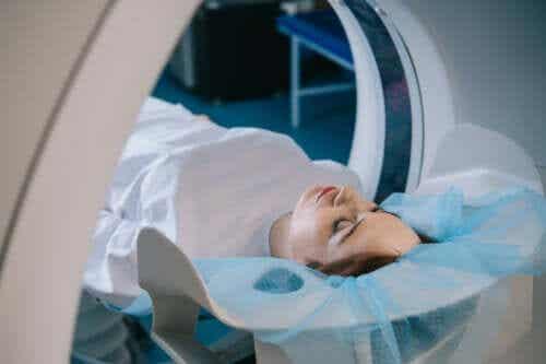 Tomografia komputerowa: proces, zastosowania i zagrożenia