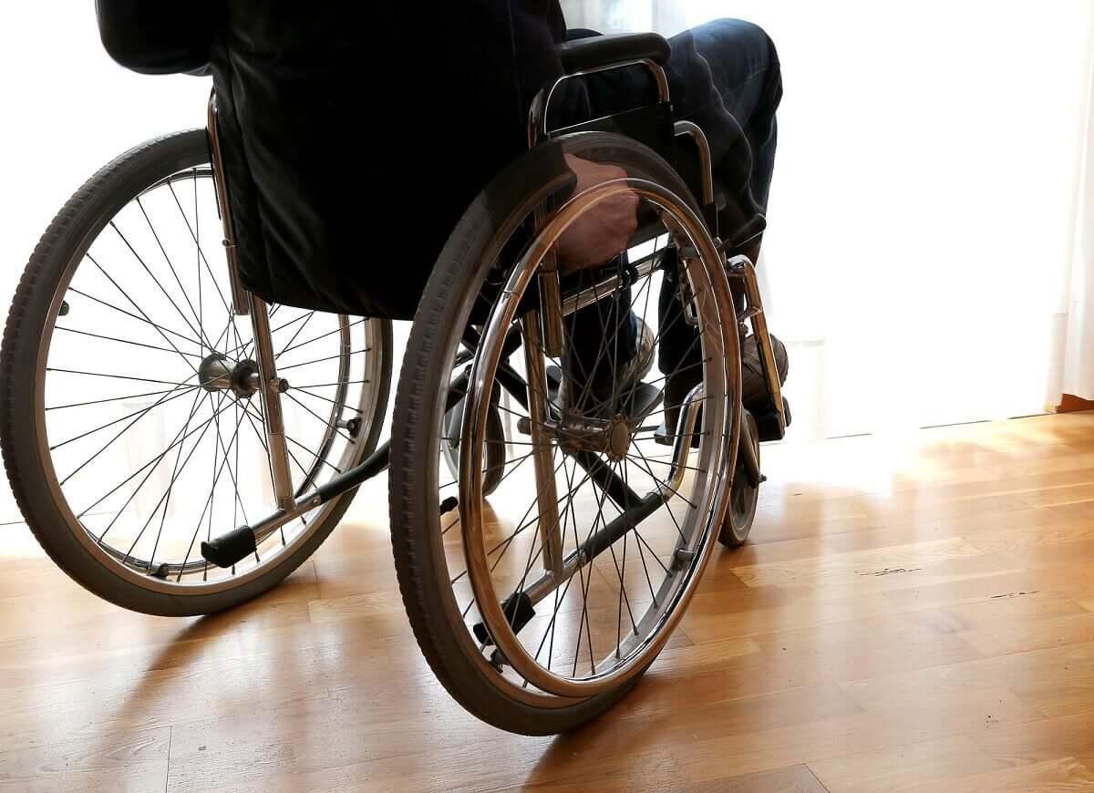 Stwardnienie rozsiane ma bardziej ogólny charakter i może doprowadzić do utraty zdolności chodzenia.