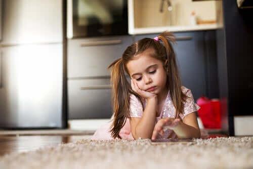 Znudzona dziewczynka