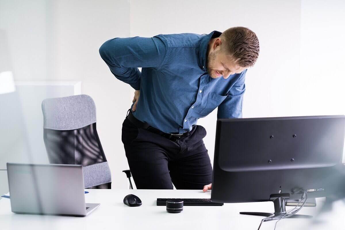 Silny ból pleców może być powodowany przepukliną.