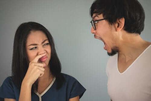 Brzydki zapach z ust: cechy i przyczyny halitozy