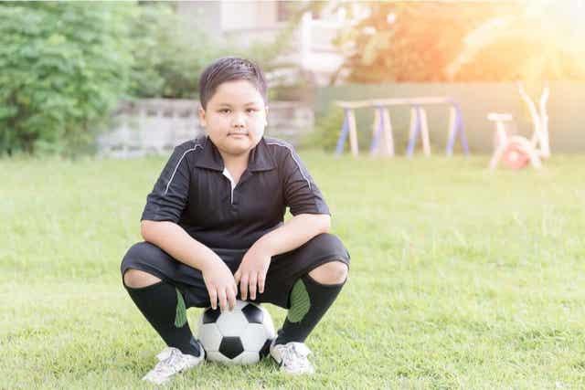Chłopiec grający w piłkę nożną
