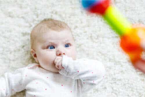 Czemu niemowlęta przyglądają się różnym rzeczom?