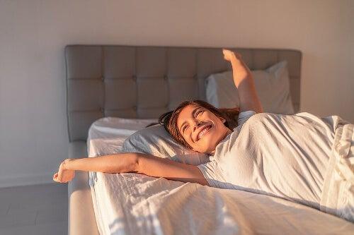 Kobieta rano w łóżku - szczęśliwy dzień