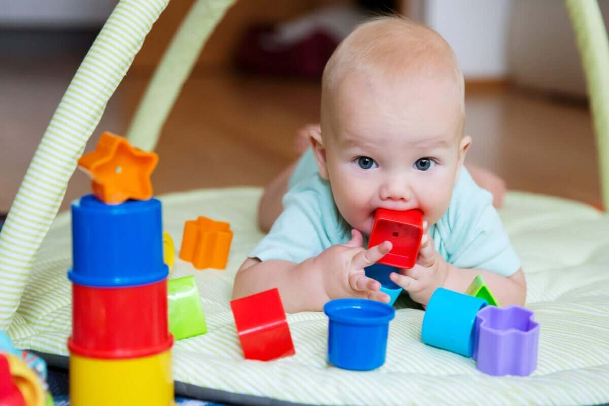 Dziecko z klockiem w ustach