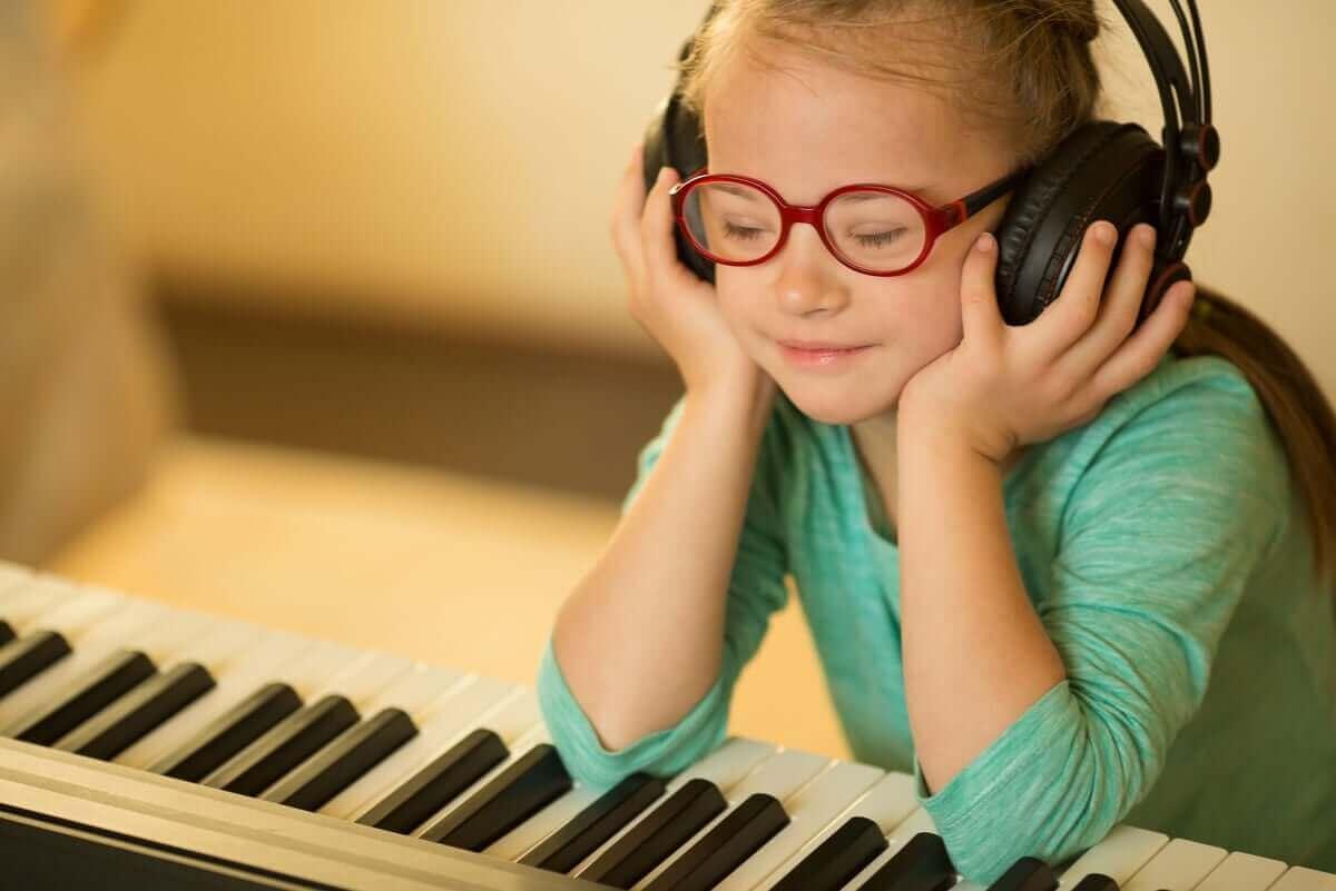 Dziewczynka słuchająca muzyki
