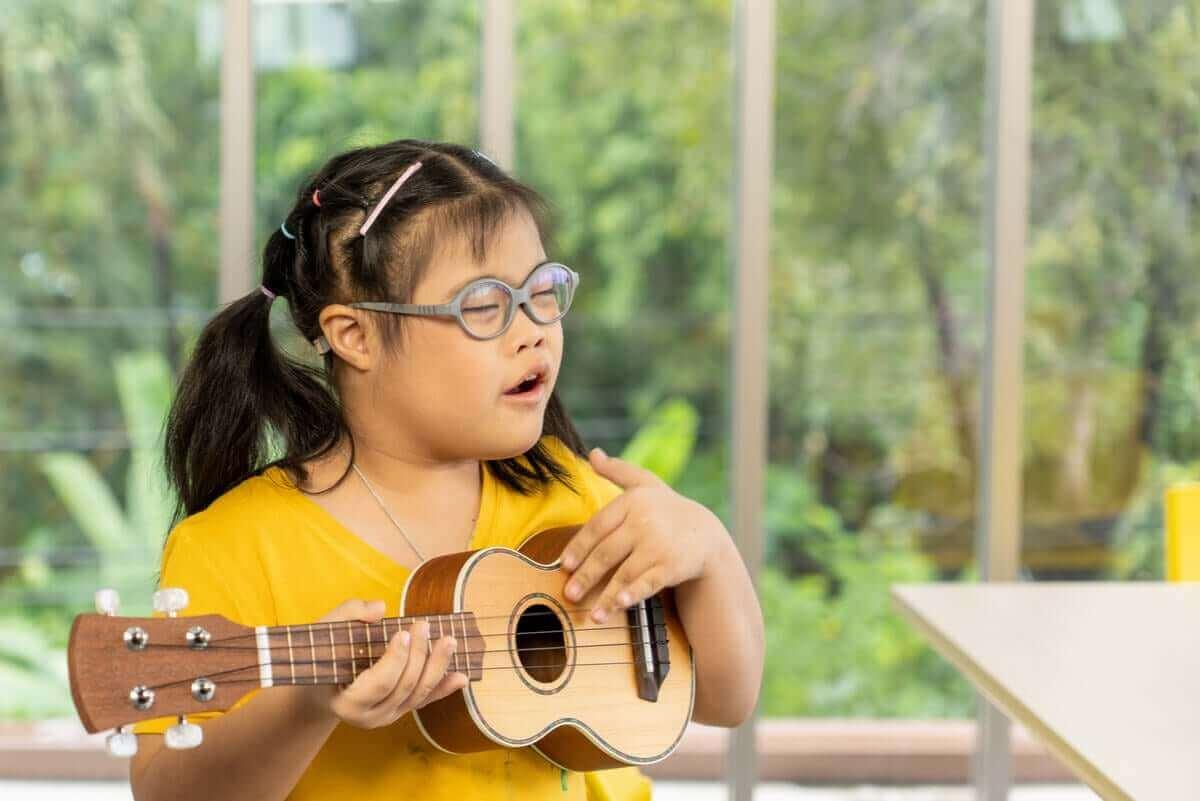 Dziewczynka z zespołem Downa grająca na ukulele