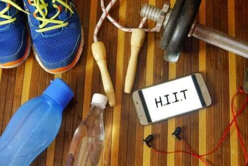 HIIT dla początkujących: zalecane ćwiczenia i wskazówki