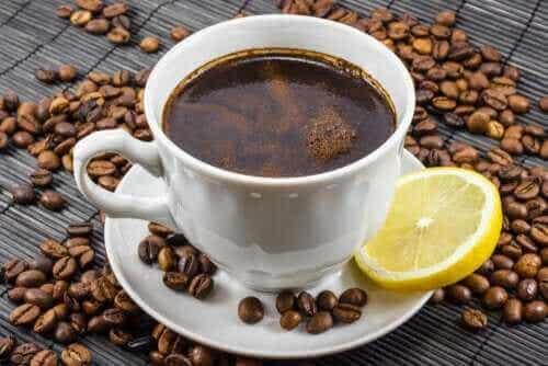 Kawa i cytryna: czy takie połączenie jest korzystne?