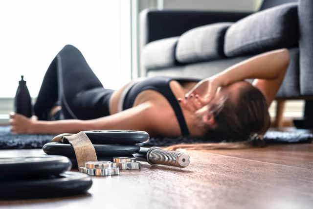 Kobieta odpoczywająca po ćwiczeniach