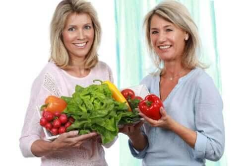 Kobiety trzymające owoce i warzywa