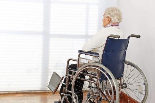 Starszy człowiek na wózku