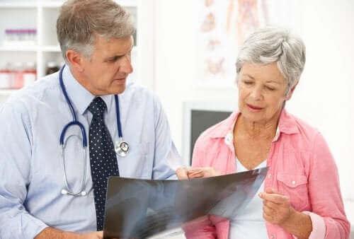 Osteoporoza pomenopauzalna: przyczyny i leczenie