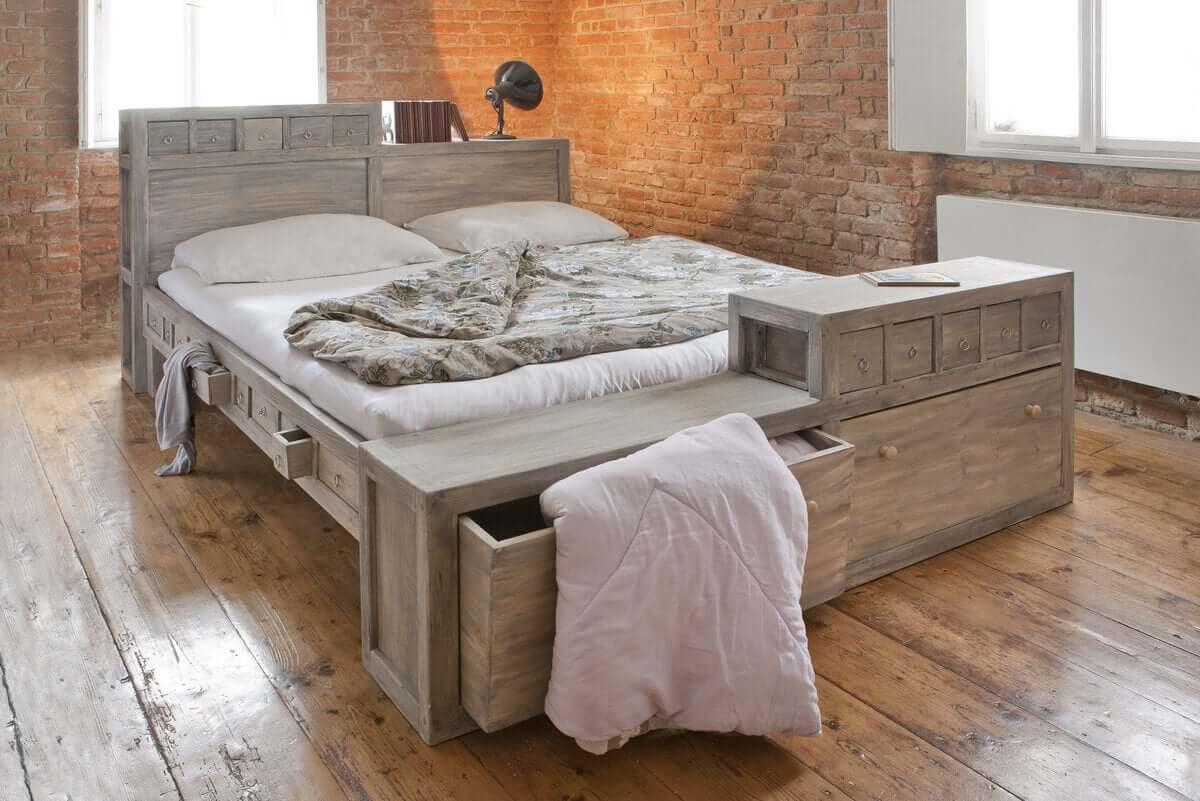 Szuflada w łóżku pomaga utrzymać porządek.