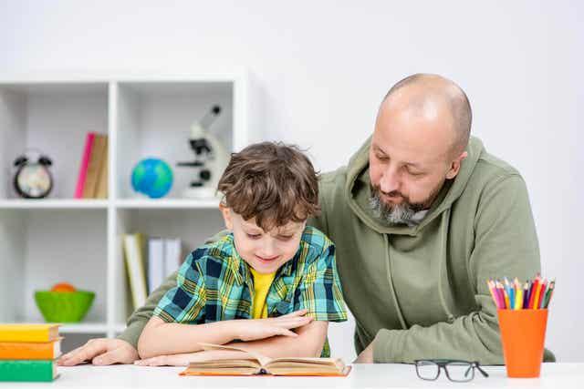 Tata czytający z synem
