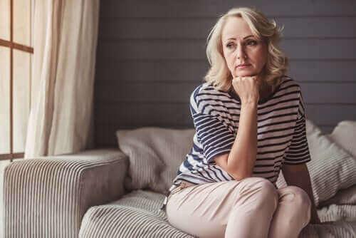 Zmartwiona starsza kobieta - klimakterium i menopauza