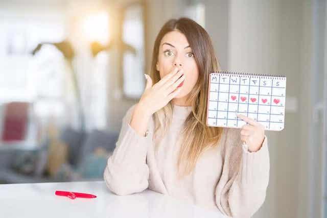 Kobieta trzymająca kalendarz