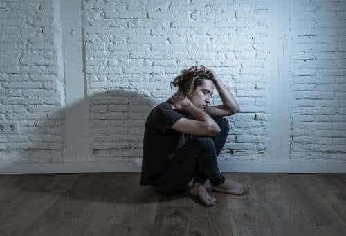 Samotny i zmartwiony mężczyzna