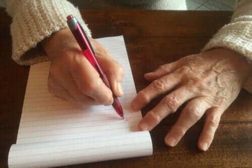 Odcisk od pisania: czemu się pojawia i jak go usunąć?