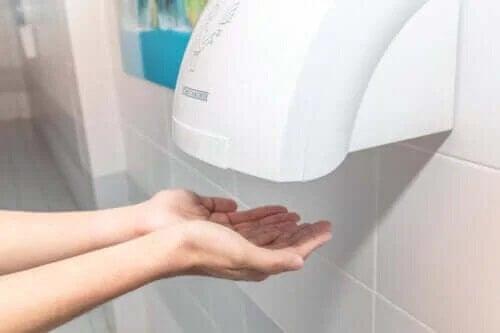 Publiczne suszarki do rąk mogą przynosić efekty odwrotne do zamierzonych