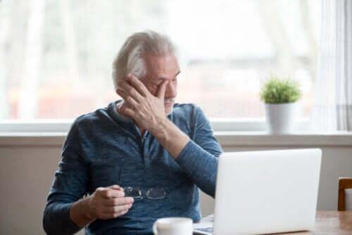 Objawy suchego oka podczas używania ekranów
