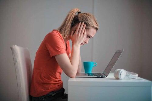 Kobieta ma problemy z komputerem