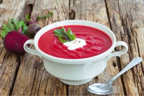 Zupa z buraków - poznaj wygodny i łatwy do wykonania przepis!