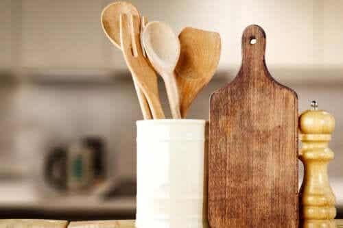 Jak myć i dezynfekować drewniane przybory kuchenne?