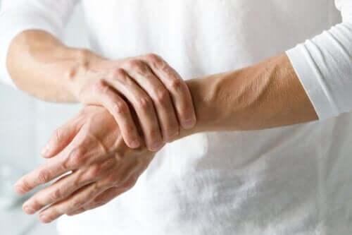 Zespół cieśni kanału nadgarstka - jak go odróżnić od zapalenia stawów?