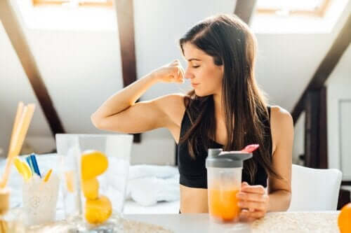 Napoje hipertoniczne: czym są i kiedy należy je spożywać?