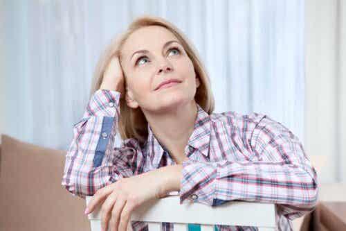 Kobieta patrząca w górę