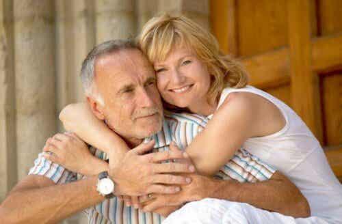 Kobieta przytulająca mężczyznę