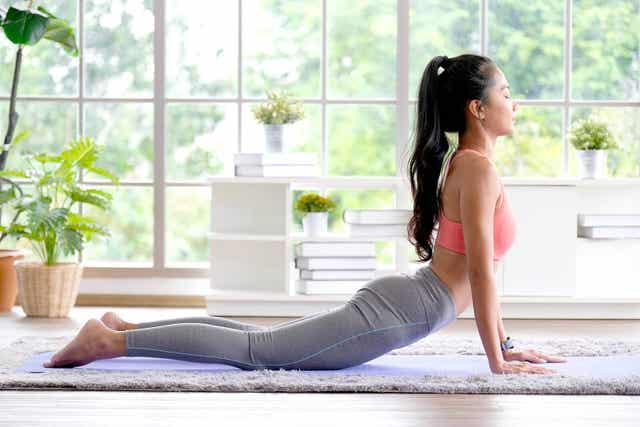 Kobieta rozciągająca plecy - joga na chorobę zwyrodnieniową stawów
