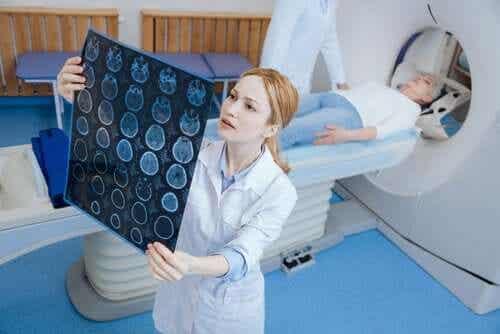 Lekarka oglądająca badanie tomograficzne