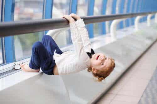 Jak wzmocnić ramiona dzieci? Propozycje gier i ćwiczeń