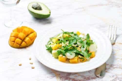 Przygotowanie sałatki z mango i awokado - 3 sposoby