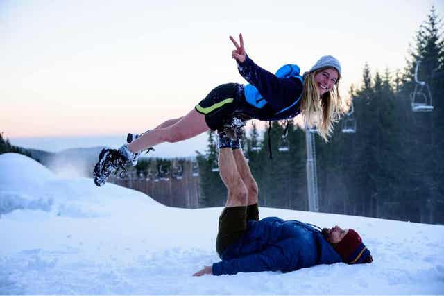 Para bawiąca się w śniegu