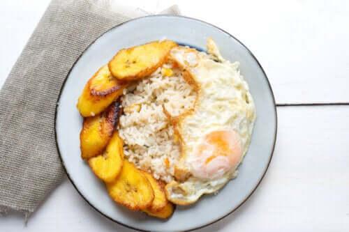 Ryż po kubańsku z bananem: łatwy i pyszny przepis