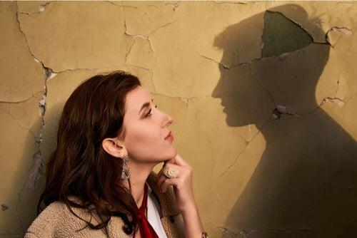 Kobieta z cieniem mężczyzny na ścianie