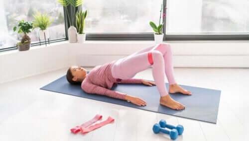 Ćwiczenia z taśmami - jak je wykonywać, aby wzmocnić mięśnie brzucha?