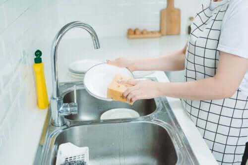 Ręczne mycie naczyń - 8 przydatnych sztuczek