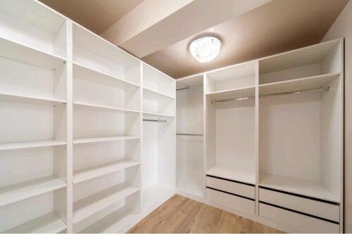 Neutralne światło w garderobie