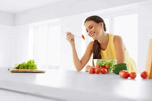 Kobieta cieszy się posiłkiem - dobre trawienie