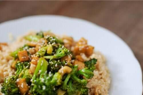 Sałatka z kuskusem i brokułami: lekki i zdrowy przepis