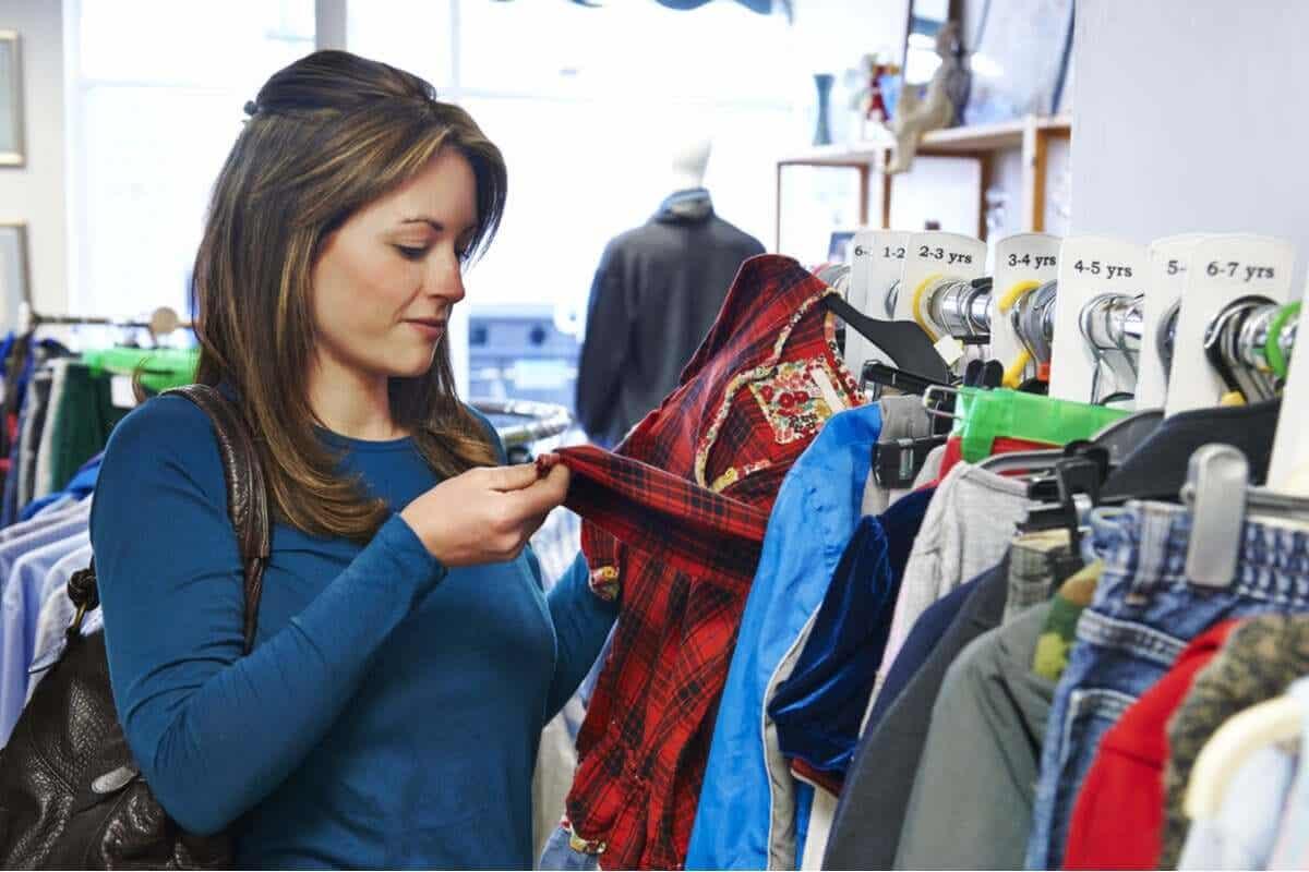 Kobieta kupująca używane ubrania