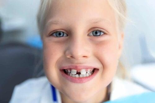 Dziecko z aparatem na zębach