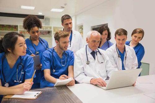 Studenci i lekarz